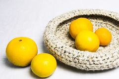 Orangen in einer gewirkten Obstschale Lizenzfreies Stockbild