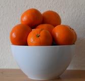 Orangen in einer weißen Schüssel Stockfotos