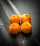 Orangen eingestellt auf Holzfuß Stockfotografie