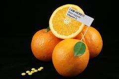 Orangen gegen Pillevitamin c Stockfotografie