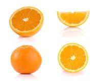 Orangen, geschnittene halbe und volle Bälle auf weißem Hintergrund Stockbild