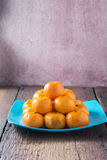Orangen gesetzt auf einen Bretterboden Stockfotos