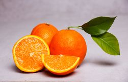 Orangen gründeten freundlich, reif und bereit zum Verbrauch Stockbilder
