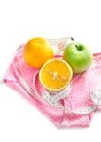 Orangen, grüner Apfel, Bandmaß Stockfotografie