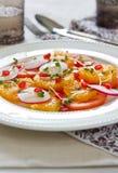 Orangen-, Granatapfel- und Tomatesalat Stockfoto