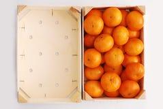 Orangen im hölzernen Rahmen Stockfoto