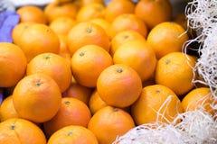 Orangen im Lebensmittelmarkt Lizenzfreie Stockbilder