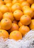 Orangen im Lebensmittelmarkt Lizenzfreies Stockbild