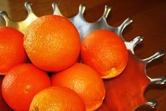 Orangen im silbernen Teller Stockbild