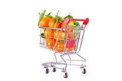 Orangen im Warenkorb stockfoto