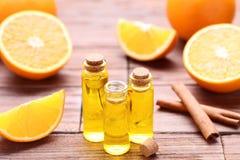 Orangen?l in den Flaschen stockfotografie