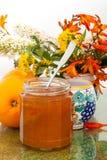 Orangen, Marmelade und Gartenblumen Lizenzfreies Stockfoto