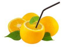 Orangen mit dem Stroh getrennt auf Weiß Stockbild