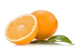 Orangen mit grünen Blättern Stockbild
