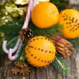 Orangen mit Nelken Stockfoto