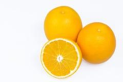 Orangen mit Scheiben Stockfoto