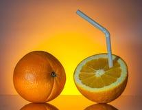 Orangen mit Stroh Lizenzfreie Stockbilder