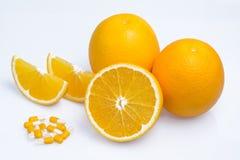 Orangen mit Vitamin- Ctabletten Stockfoto