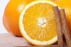 Orangen mit Zimt Stockfoto