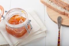 Orangen- oder Aprikosenstau mit Brot Lizenzfreie Stockfotos