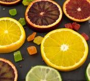 Orangen, Scheiben von Orangen auf hölzernem Hintergrund stockfotografie