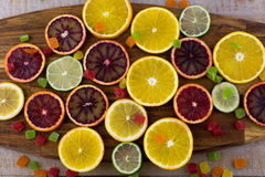 Orangen, Scheiben von Orangen auf hölzernem Hintergrund lizenzfreie stockfotos