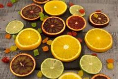 Orangen, Scheiben von Orangen auf hölzernem Hintergrund lizenzfreie stockbilder