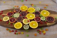 Orangen, Scheiben von Orangen auf hölzernem Hintergrund stockfoto