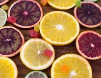 Orangen, Scheiben von Orangen auf hölzernem Hintergrund lizenzfreies stockfoto