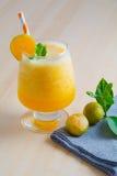 Orangen Smoothie, Getränk für gesundes und Erfrischung im Sommer Stockbilder