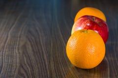 Orangen und Äpfel Lizenzfreie Stockbilder