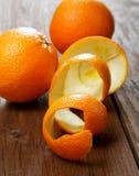 Orangen und getrocknete Schale auf einer Tabelle Stockbild