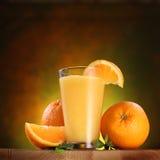 Orangen und Glas Saft. lizenzfreie stockfotografie