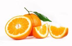 Orangen und halbe saftige halbe Orangen Stockfotos