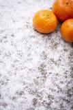 Orangen und ?pfel im Schnee im Winter stockfoto