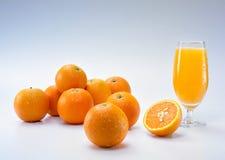 Orangen und Saft lizenzfreie stockfotografie