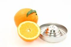 Orangen und Saftauszieher lizenzfreie stockbilder