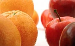 Orangen und saftiger Apfel Lizenzfreie Stockbilder