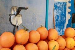 Orangen und Saftquetscher stockfoto