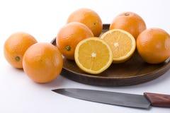 orangen ut plate trä Arkivfoton