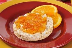 Orangenmarmelade auf einem Reiskuchen Stockfoto