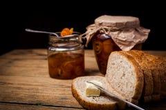 Orangenmarmelade der selbst gemachten Zitrusfrucht auf Toast über Holztisch Lizenzfreies Stockfoto