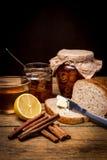 Orangenmarmelade der selbst gemachten Zitrusfrucht auf Toast über Holztisch Stockfotografie