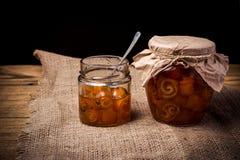 Orangenmarmelade in einem Glas auf dem Tisch Lizenzfreie Stockfotos