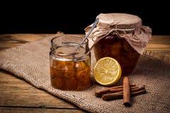 Orangenmarmelade in einem Glas auf dem Tisch Lizenzfreies Stockfoto