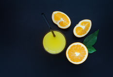 Orangensaft auf einem schwarzen Hintergrund Lizenzfreies Stockfoto