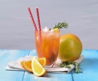Orangensaft auf Glas mit kaltem Sommer des tadellosen Hintergrundlimonaden-Getränks des Eises weißen stockfoto