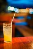Orangensaft auf Tabelle wilth Farbe der Leuchte Stockfotografie