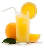 Orangensaft auf weißem Hintergrund Stockbild
