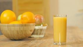 Orangensaft, der in Glas gießt stock video